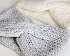 KNITTING PATTERN Knit Earwarmer Headband The Sèk | Etsy Circular Knitting Machine, Knitting Machine Patterns, Cable Knitting, Hand Knitting, Ear Warmer Headband, Twist Headband, Crochet Headband Pattern, Crochet Yarn, Paintbox Yarn