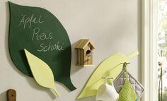 Mit Tafelfarbe werden Deko-Blätter zum Notizzettel. Das DIY ist super easy, allerdings musst du dafür eine Säge parat haben (oder Holz in Blätterform kaufen).