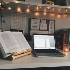 16 ideas for college dorm room organization. The best college dorm room organization ideas. Study Areas, Study Space, Desk Space, Study Rooms, Home Study, Deco Tumblr, Zones D'étude, University Rooms, University College