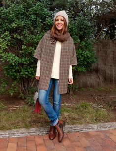 Tras la pista de Paula Echevarría » CLÁSICO. White sweater+straight jeans+brown ankle boots+brown checked cape+grey and red Gucci Dionysus shoulder bag+white knit beanie+pale brown scarf. Fall Casual Outfit 2016 Casual Fall Outfits, Winter Outfits, Cool Outfits, Outfits 2016, Brown Ankle Boots, Autumn Street Style, Love Hat, White Sweaters, Feminine Fashion