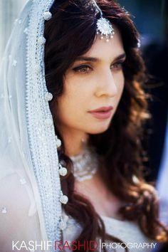 Pakistani actress Mahnoor Baloch in Pakistani bridal wear and… Pakistani Couture, Pakistani Bridal Wear, Pakistani Dresses, Dream Cast, Bridal Mehndi Dresses, Bridal Outfits, Indian Wedding Hairstyles, Bridal Makeup Looks, Pakistani Actress