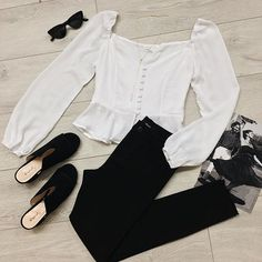 A trend to know, this White Button-Up Peplum Top is a chic and romantic must-have this season. #whitebuttonuptop #whitepeplumtop #peplumtrend #peplumblouse #bloggeroutfit
