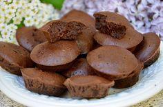 Des petites bouchées au chocolat ultra simple et ultra rapide à préparer ! A servir sur un buffet ou dans un café gourmand. Succès garanti ! Ingrédients pour une vingtaine de bouchées : 100g de chocolat noir 60g de beurre 45 g de sucre 2 gros œufs 1 cuill....