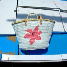 Al fin y al cabo, debía asegurarme que le gustaría el producto final. Aquí tenemos otro lilium, esta vez rosa sobre blanco.  #capazos www.artaliquam.com
