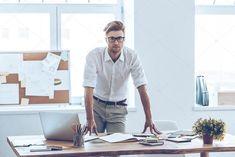 Скачать - Мужчина в очках, прислонившись к таблице в офисе — стоковое изображение Business Look, Business Photos, Business Man Photography, Suits And Sneakers, Indian Men Fashion, Business Portrait, Professional Portrait, Marca Personal, Man Office