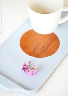 Via Mormorsglamour | DIY Update An Old Wooden Tray | Tutorial: http://blogg.skonahem.com/mormorsglamour/2013/05/21/fran-loppisfynd-till-morgonmys/