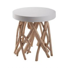 Une table d'appoint très tendance avec son plateau laqué et ses pieds façon bois flotté ! Un esprit très nature...