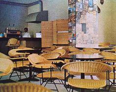 Muebles de ratán y metal al Interior de una cafetería en Nonoalco-Tlatelolco 1964 -   Metal and rattan furniture in a cafe in Nonoalco-Tlalteloco 1964
