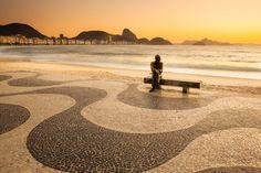 """Sabías que el barrio de #Copacabana, en #Rio de Janeiro cumplió 124 años? Elegantes clubs, casinos, hoteles como el majestuoso Copacabana Palace, la """"Princesinha do Mar"""" (nombre que recibe su la #playa delimitada por los Fuertes de Leme y Copacabana) y su #famoso #paseo, conocido como la #Orla de Copacabana, siguen encantando a los #viajeros que llegan de todas partes del mundo para #conocer la #Ciudad #Maravillosa. Envía esta foto a la persona con quien quisieras estar allí en este momento!"""