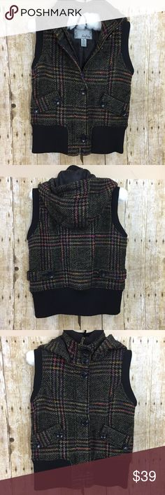 """Daytrip cozy tweed plaid vest w removable hood M Daytrip tweed plaid cozy vest with removable hood size M.  So cute and perfect for fall.  Approximate flat lay measurements:  armpit to armpit 18.5"""", shoulder to hem 22"""". Daytrip Jackets & Coats Vests"""