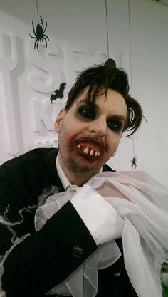Graf von und zu Hohenstein. Ein Mann mit Stil! Festlich elegant - wie es sich für einen Zombie Laufsteg gehört! Chapeau! Halloween Kostüm, Halloween Face Makeup, Graf, Elegant, Men With Style, Scary Halloween, Cat Walk, Classy, Chic