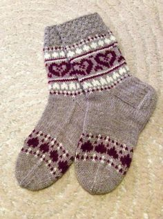tammikuu Crochet Socks, Knitted Slippers, Slipper Socks, Knitting Socks, Hand Knitting, Knitted Hats, Knit Crochet, Fair Isle Knitting Patterns, Knitting Charts