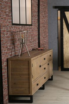 Buffet de rangement en bois recyclé. Le buffet bas AUCKLAND est fabriqué en bois certifié FSC® recyclé et en métal : c'est un meuble écologique et éco-responsable. Large de 152 cm, c'est une enfilade proposant 6 espaces de rangement (tiroirs et portes) pour vos affaires. Ce buffet apportera une touche de décoration contemporaine à votre séjour ou votre bureau, que vous préfériez le style industriel ou contemporain. Livraison offerte à domicile par Pier Import. Pier Import, Auckland, Decoration, Wood Furniture, Woodland Living Room, Drawers, Recycled Wood, Contemporary Style, Dekoration