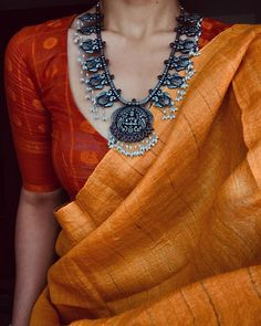 Silver Necklace With Bar Info: 5256235758 Saree Blouse Patterns, Sari Blouse Designs, Trendy Sarees, Stylish Sarees, Indian Attire, Indian Outfits, Indian Wear, Saree Jewellery, Silver Jewellery