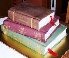 Bolo de livros de 4 andares, ideal para formaturas em historia