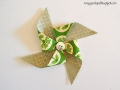 Pinwheel Bow/Ornament Tutorial These pinwheel Christmas tree ornaments are so cute and easy to make. Christmas Mug Rugs, Christmas Tree Ornaments, Christmas Crafts, Christmas Decorations, Christmas Sewing, Modern Christmas, Christmas Snowman, Christmas Holiday, Mug Rug Patterns
