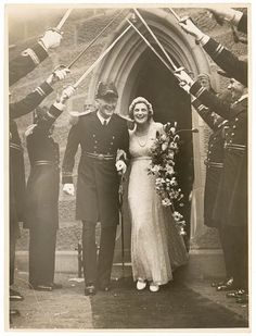 1930s wedding - trailing bouquet - we could do a modified, subtler take on something like this for bouquets, or incorporate the trailing feature into centrepieces.