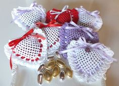Cuori all'uncinetto per San Valentino: gli schemi per realizzarli [FOTO] - NanoPress Donna Crochet Sachet, Wedding Favors, Party Favors, Felt Art, New Years Eve Party, Knitted Bags, Pin Cushions, 4th Of July Wreath, Retirement Parties