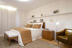 Amplo apartamento em Campinas combina base branca com tons de marrom e azul marinho - Casa e Decoração - UOL Mulher