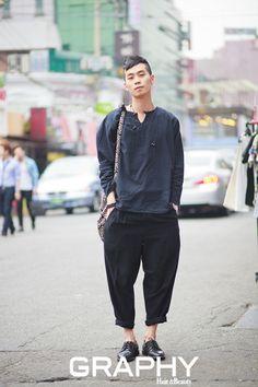 남자 스타일 - 성지훈(28)  헤어스타일깔끔하고 세련되면서도 편하게 스타일링한 그는 신경 안 쓴 듯한무채색 룩에 과감한 헤어커트가 포인트.