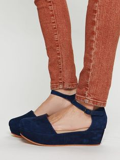 the perfect navy wedge platform for a little pop of color