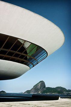 Niterói Contemporary Art Museum, Rio De Janeiro by Oscar Niemeyer Gothic Architecture, Futuristic Architecture, Amazing Architecture, Landscape Architecture, Interior Architecture, Landscape Design, Oscar Niemeyer, Architecture Organique, Colani