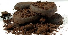 Organic gardening is the new way to go. Get in the groove by using household refuse like banana peels, egg shells and coffee grounds to give your garden a healthy taste of something natural. Coffee Cellulite Scrub, Coffee Face Scrub, Natural Body Scrub, Uses For Coffee Grounds, Ways To Recycle, Repurpose, Egg Shells, Coffee Beans, Oysters
