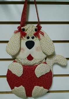 Lixinho de carro cachorrinho Dog Crafts, Felt Crafts, Sewing Crafts, Kids Bags, Diy Clothes, Projects To Try, Quilts, Purses, Christmas Ornaments