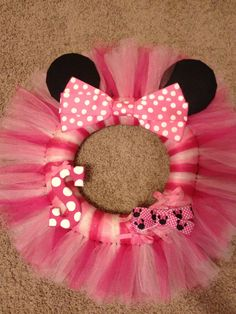 Items similar to Minnie Mouse Wreath on Etsy Mickey Mouse Wreath, Disney Wreath, Minnie Mouse Decorations, Tulle Crafts, Wreath Crafts, Diy And Crafts, Tutu Wreath, Minnie Birthday, Disney Crafts
