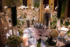 Motivos florales  En la entrada del salón montaron dos mesas con jarrones de distintas alturas y todo tipo de flores blancas acompañadas con velas. De toda la decoracion floral se encargó LA ROSA (Alcoy).
