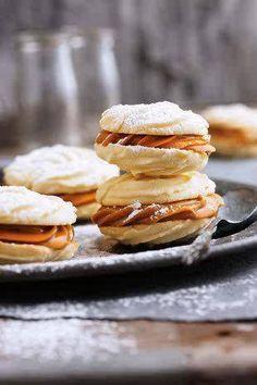 Sagte koekies met karamelvulsel, Hierdie delikate koekies smelt letterlik in jou mond. Biscuit Cookies, Biscuit Recipe, Sandwich Cookies, Cake Cookies, Cookie Desserts, Cookie Recipes, Kos, Ma Baker, Delicious Desserts