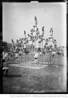 3-7-21, Parc des princes, fête de gymnastique [concours interrégional de gymnastique de la Fédération des patronages, pyramide de gymnastes ...