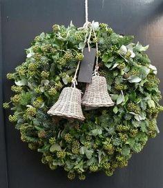 🌟Tante S!fr@ loves this📌🌟Kerstkrans van o. Noel Christmas, White Christmas, Christmas Crafts, Christmas Decorations, Xmas, Christmas Ornaments, Holiday Decor, Natural Christmas, Christmas Ideas