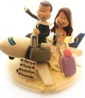 Topo de bolo Noivinhos personalizados em biscuit viajando de avião