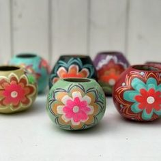 Mates pintados a mano Painted Flower Pots, Painted Pots, Coat Of Many Colors, Cactus Painting, Flower Pot Crafts, Painted Gourds, Gourd Art, Mexican Art, Pottery Painting