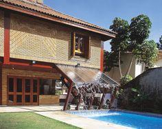 Aqui, o aço não se limita apenas à estrutura. As paredes desta casa de 650m, na Grande São Paulo, são de placas de aço galvanizadas e tijolos de barro. Da Neohaus, esse método construtivo chama-se Metal Frame. Projeto do arquiteto Pepe Asbun (1943-1992) e engenharia calculista da Kelly Pittelko.