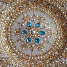 Mandala Plate with Jewels. Dot Art Painting, Mandala Painting, Thali Decoration Ideas, Mehndi Decor, Cd Art, Painted Plates, Mandala Dots, Plate Art, Gold Work