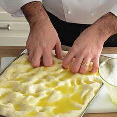 Siamo andati a curiosare nella cucina di Sergio Barzetti, il Maestro di cucina della Prova del Cuoco. Ci ha spiegato la ricetta base della focaccia salata. E' solo una delle tante ricette che troverai nel suo nuovo libro