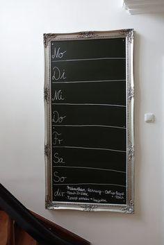 Eine Tafel für den Familienkalender passend selbst zu basteln ist viel einfacher als ich dachte: mit einem schönen Rahmen und ein paar Rollen Tafelfolie haben wir uns eine eine richtig schöne Familientafel gebastelt, die super praktisch und wirklich toll aussieht! Großes Glück, kleines Geld, und ganz individuell! Mehr Ideen Tricks und Tipps auf dem Blog www.snyggbox.de