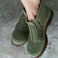 Greativida - where can I get these? Crochet Shoes Pattern, Crochet Boots, Shoe Pattern, Crochet Slippers, Crochet Clothes, Knit Crochet, Make Your Own Shoes, Knit Shoes, Slipper Socks