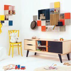 Des étagères de toutes les couleurs au mur