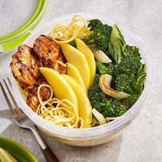 Pokebowlnoedels met gegrilde kip, paksoi en broccoli