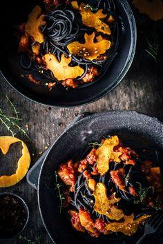 Spooky Halloween Pasta mit Kürbis-Orangensaft-Sauce. Die schwarzen Spaghetti machen sich ganz ausgezeichnet in dieser schaurig-schönen und feinen Kürbis-Orangensaft-Sauce. Besonders für Halloween Skeptiker geeignet. Einfach, schnell und gelingsicher für den leckeren Grusel.