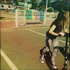 Pensar em mobilidade é permitir o passeio da menina, que radicaliza sobre duas rodas.