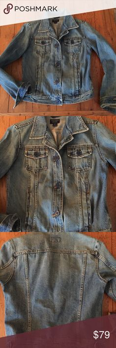 AEO Women's Jean Denim Jacket Amazing wash M In brand new condition, amazing vintage wash to the material, like a pair of vintage Levi's 501's. This is navy blue buttons, collar can be worn up or down, awesome special find. Non smoking house. American Eagle Outfitters Jackets & Coats Jean Jackets