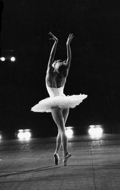 Galina Sergeyevna Mezentseva (Галина Сергеевна Мезенцева) Kirov/Mariinsky Ballet - Photographer Derek Hart