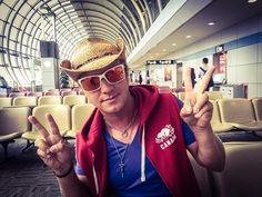 I'm at the Airport.  ひとりで。。。Pchanがサングラスに写ってるけど。。。tui ở sân bay, một mình... Ánh nhìn phản chiếu qua cặp kính râm Pchan.