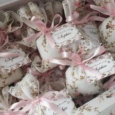 Essa opção acompanha uma linda caixa, que você pode usar posteriormente para guardar e organizar os pertences do seu bebê.    O Sachê é confeccionado a um a um, de forma totalmente artesanal em saquinho de tecido 100% algodão.  Com aplique em renda, laço em fita de cetim e uma linda tag combinand... Creative Wedding Favors, Wedding Favors For Guests, Wedding Candy, Wedding Gifts, Homemade Crafts, Diy And Crafts, Flower Shop Design, Craft Station, Lavender Bags