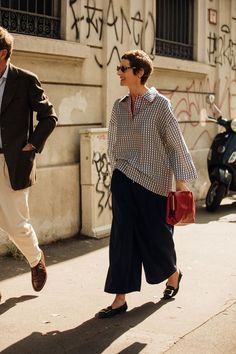 The best street style from Milan Fashion Week spring/summer 2020 - Vogue Australia Vogue Photographers, Milano Fashion Week, Milan Fashion, Street Style Looks, Cool Street Fashion, Minimal Fashion, Passion For Fashion, Streetwear, Valentino