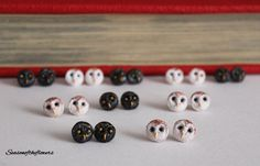 Set two handmade pairs owls stud earrings post owls polymer clay owl por Seasonoftheflowers